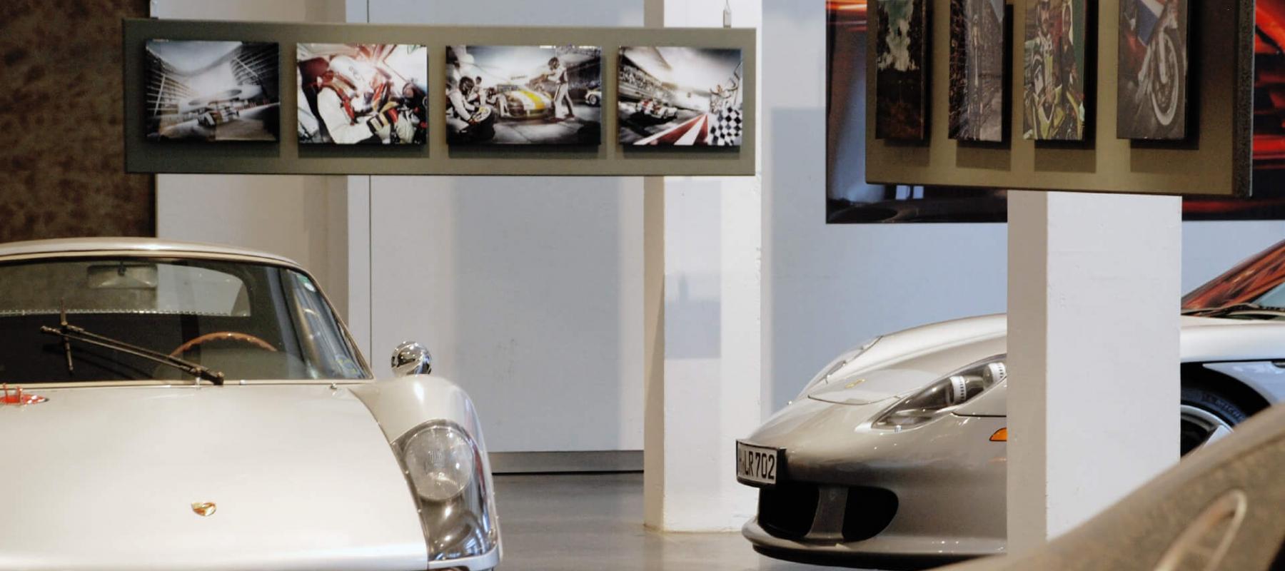 Bei dieser Sonderausstellung zeigte 2013 das Hamburger Automuseum Prototyp großformatige Fotografien des bekannten Automobilfotografen Frank Kayser. Passend zum Titel