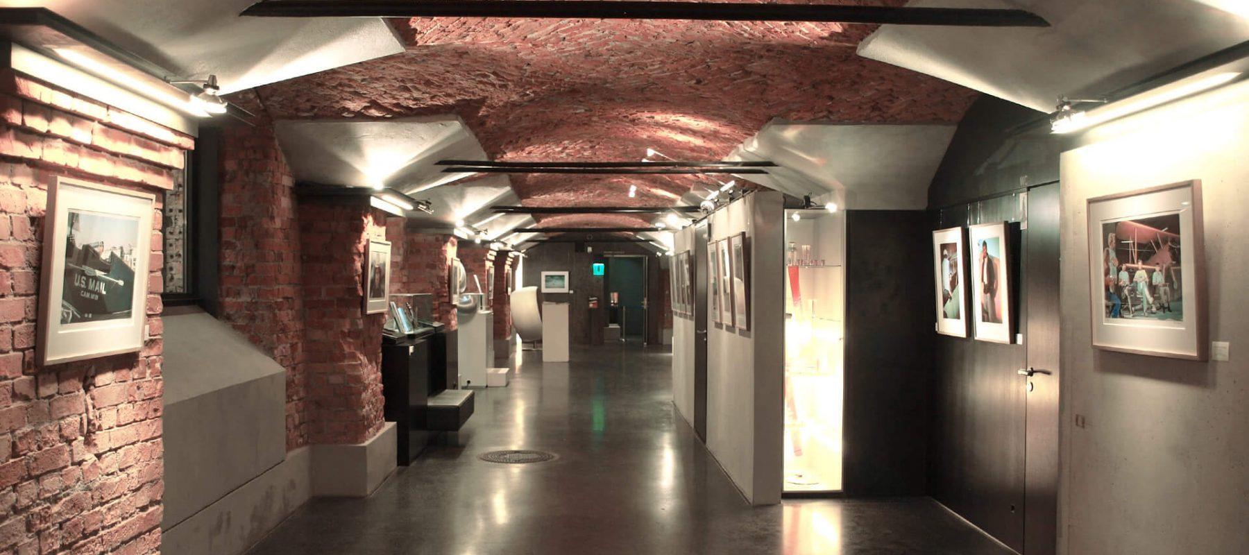Das Bild zeigt die Galerie im Backsteingewölbe des Automuseums Prototyp in Hamburg, wo die Sonderausstellung
