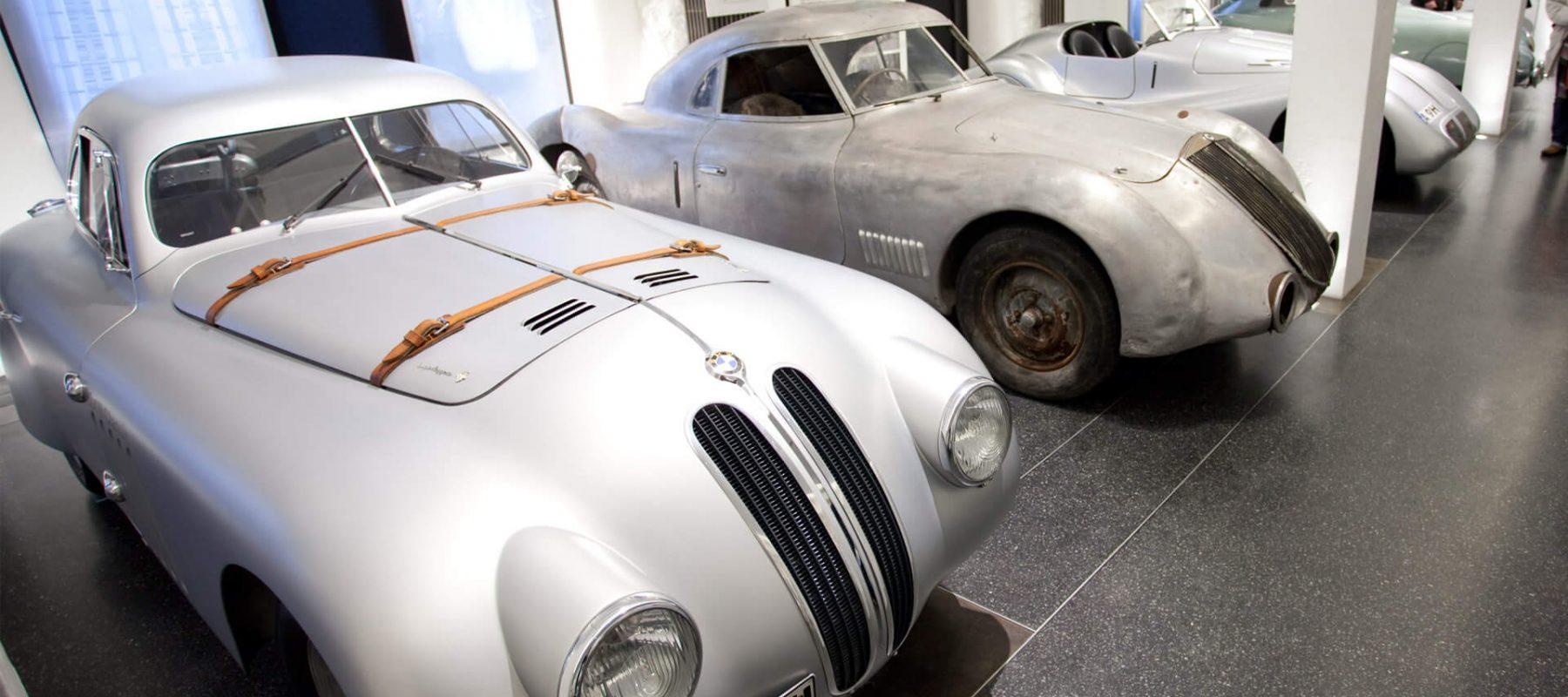 """2009 präsentierte das Hamburger Automuseum Prototyp mit der Sonderausstellung """"Stromlinie"""" außergewöhnliche aerodynamische Fahrzeuge, wie den Porsche Typ 64 oder den Mercedes-Benz C 111-3 Nardo."""