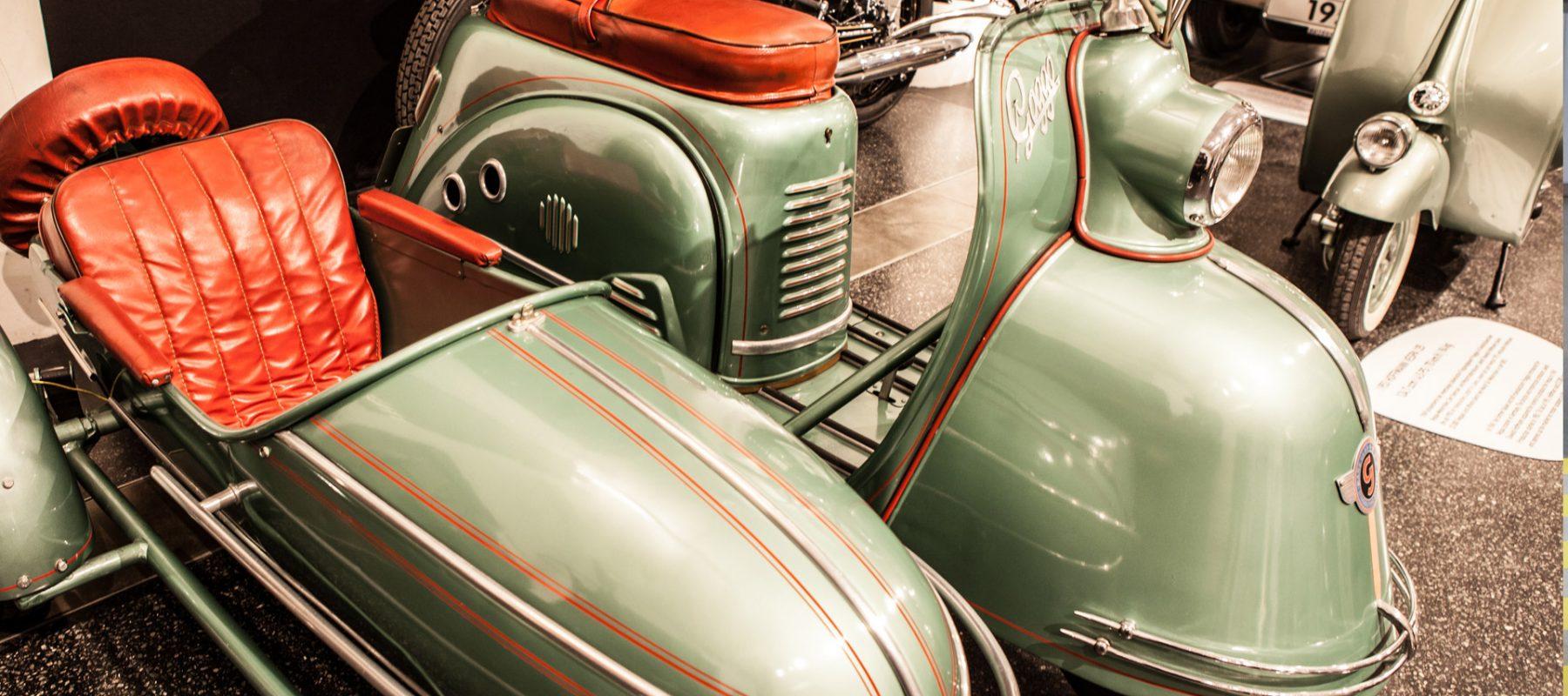 Bei der Sonderausstellung WirtschaftsWunderWagen im Hamburger Automuseum Prototyp wurde 2012/2013 auch ein 1954er Goggo-Roller mit Royal-Beiwagen gezeigt. Ein Jahr später entwickelte die Firma Glas auch ein Auto: das Goggomobil. Im Hintergurnd zu sehen sind außerdem eine NSU Max sowie eine Hoffmann Vespa - beide aus dem Jahr 1953.