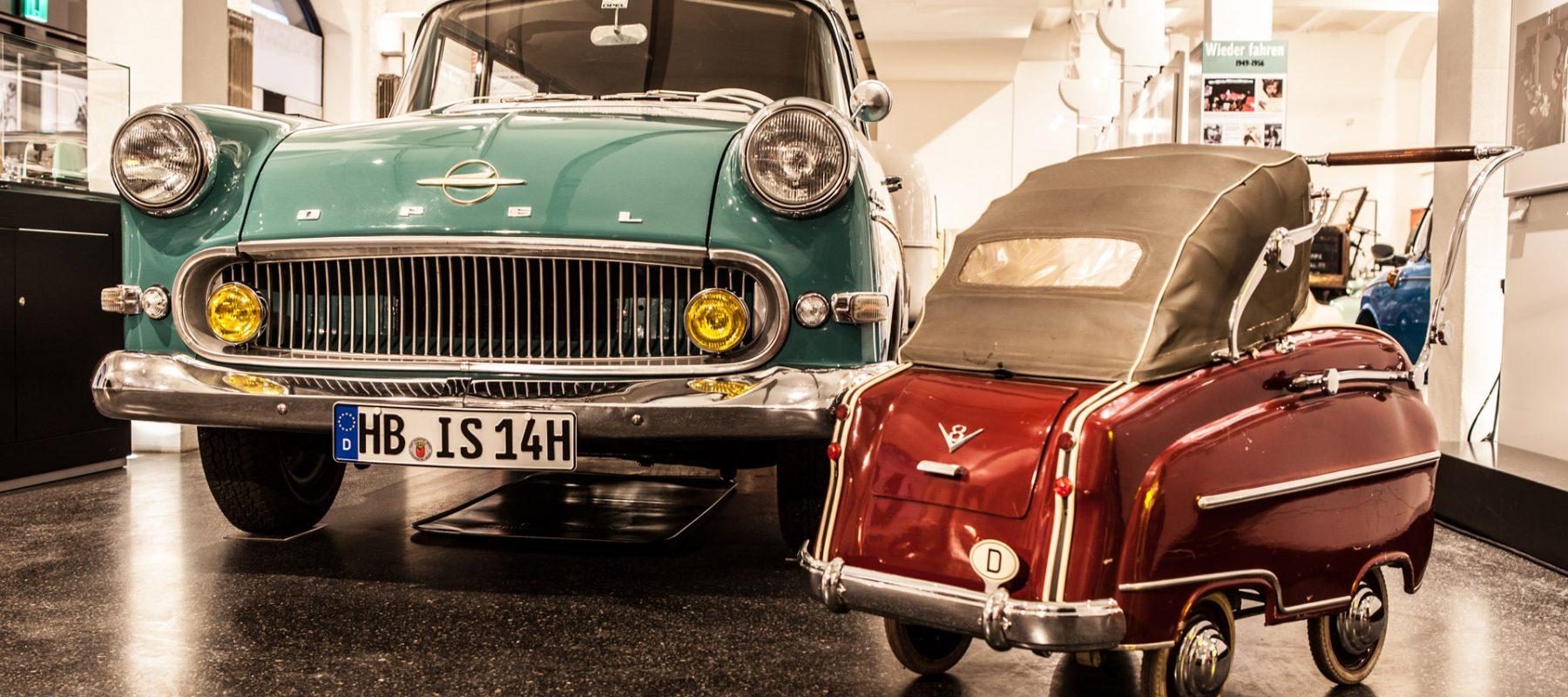 In der Sonderausstellung WirtschaftsWunderWagen zeigte das Hamburger Automuseum Prototyp 2012/2013 einen 1960er Opel Olympia Rekord P1 Caravan. Auf dem Bild steht neben dem Opel ein Kinderwagen der Wirtschaftswunderzeit, der wie ein Auto designt ist: mit verchromten Stoßfängern und Zierleisten, angedeuteten Kotflügeln, Rückleuchten, Verdeck sowie einem Länderkennzeichen und einem V8-Emblem.